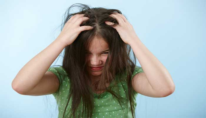 Почесывание головы - главный симптом педикулеза