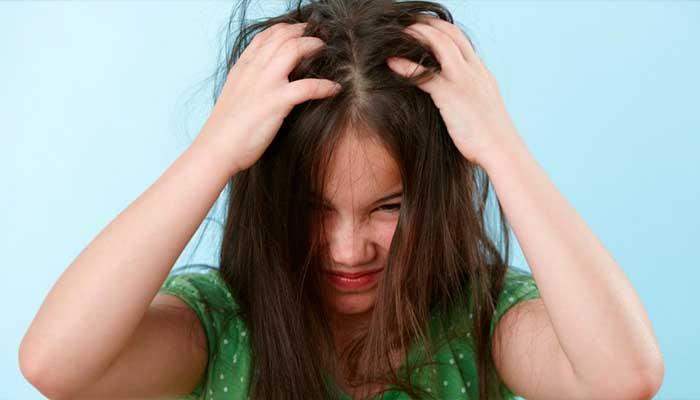 Первый симптом это частые почесывания головы